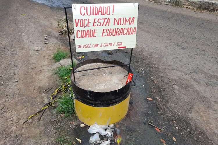 Brumado: Moradores arrancam placa da prefeitura e fixam protesto contra os buracos
