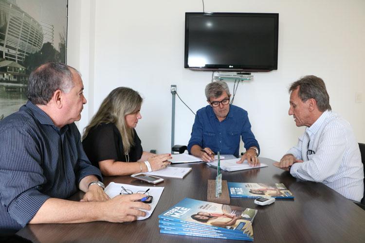 Deputada Ivana Bastos reivindica melhorias em campo de futebol em Dom Basílio