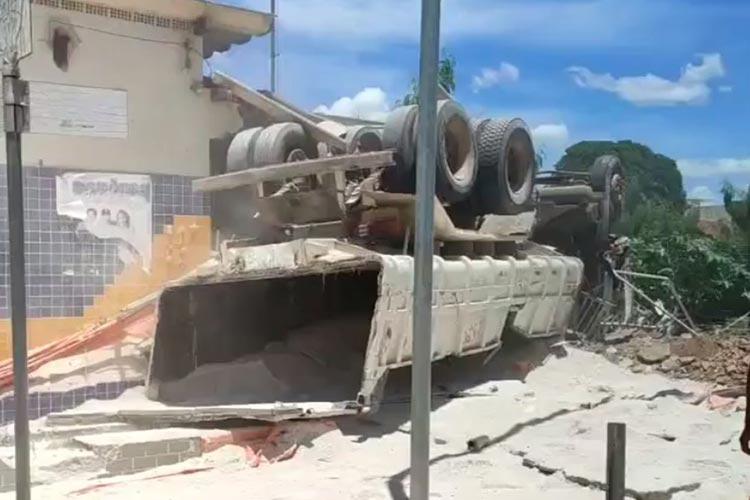 Caminhão desgovernado invade agência dos Correios e deixa motorista ferido