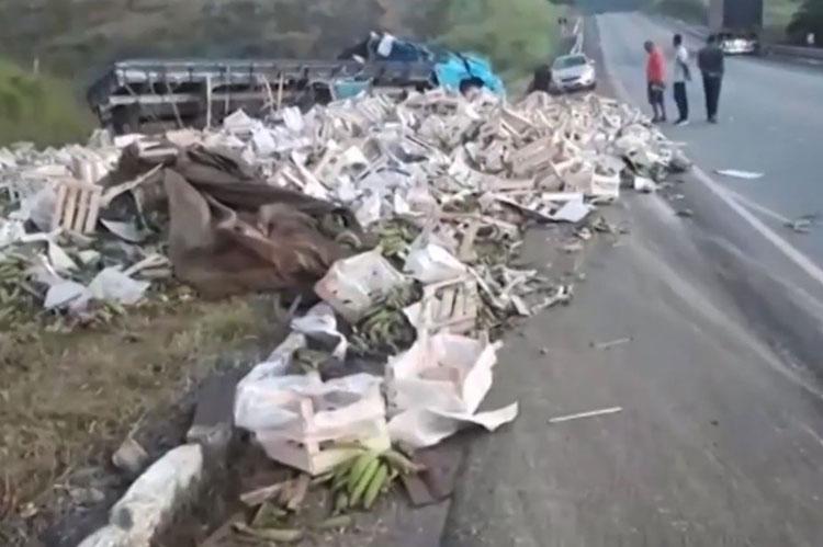 Motorista perde controle da direção e caminhão carregado de bananas tomba no sudoeste da Bahia
