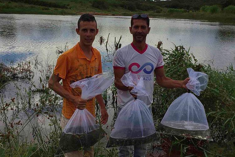 Governo de Caculé distribui alevinos em comunidades rurais