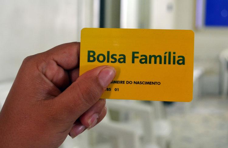 Bolsa Família paga em março mais de R$ 300 milhões a 1,8 milhão de famílias baianas