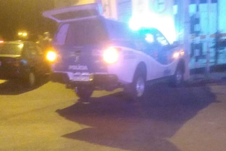 Viatura da Polícia Militar colide com poste durante perseguição em Brumado