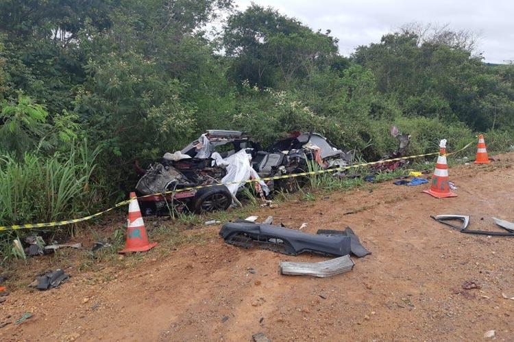 BR-116: Batida entre caminhão e carro deixa quatro mortos no sudoeste da Bahia