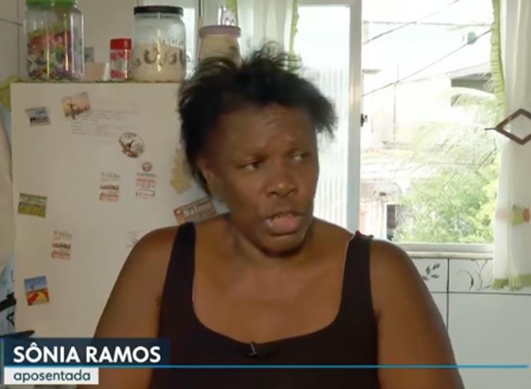 Servidora vende doces na rua após 9 meses sem receber em São João de Meriti