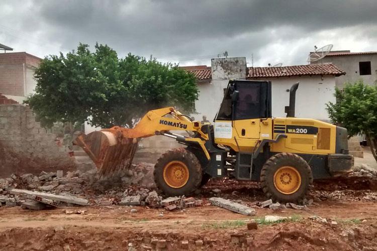 Brumado: Usando poder de polícia, prefeitura derruba muro de residência no Bairro São José