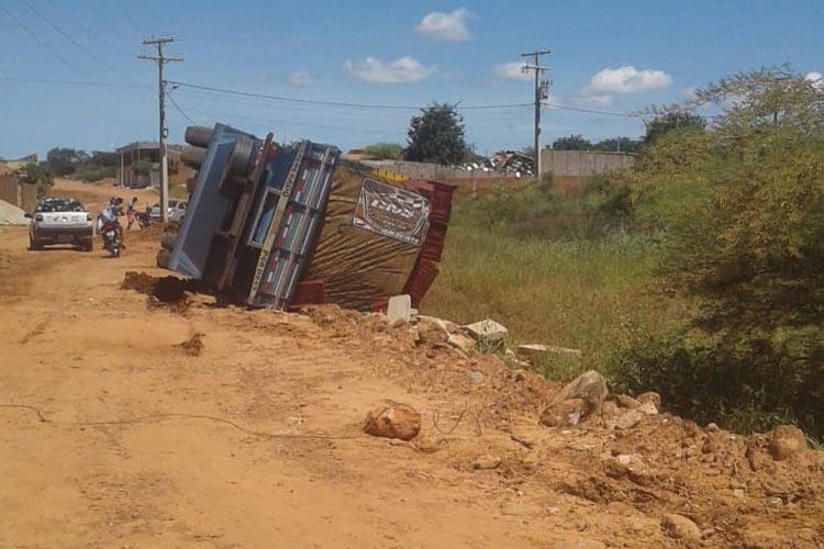 Brumado: Após caminhão tombar, população monta força tarefa para recuperar carga