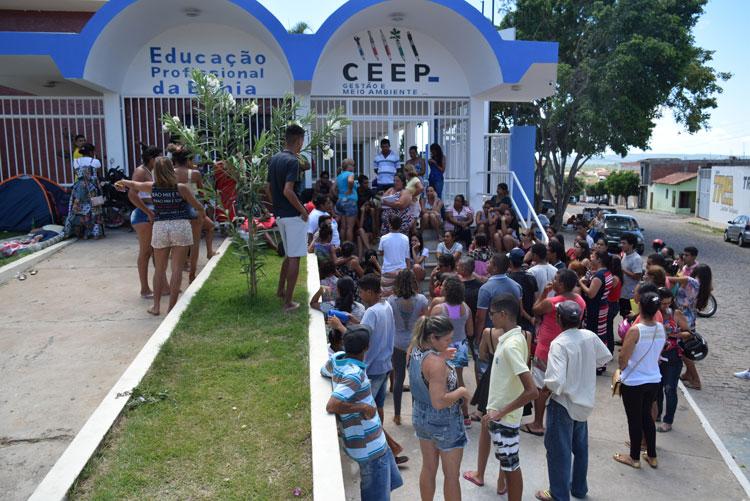 Estudantes acampam em filas para garantir vaga nas escolas estaduais em Brumado