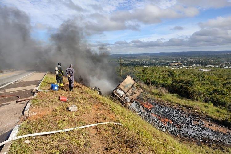 Carreta sai de pista, cai em barranco e pega fogo na BR-116 em Vitória da Conquista