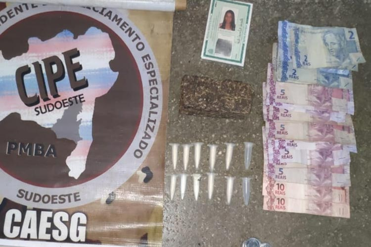 Brumado: Mulher é presa em casa no Bairro Irmã Dulce com drogas, munições e dinheiro