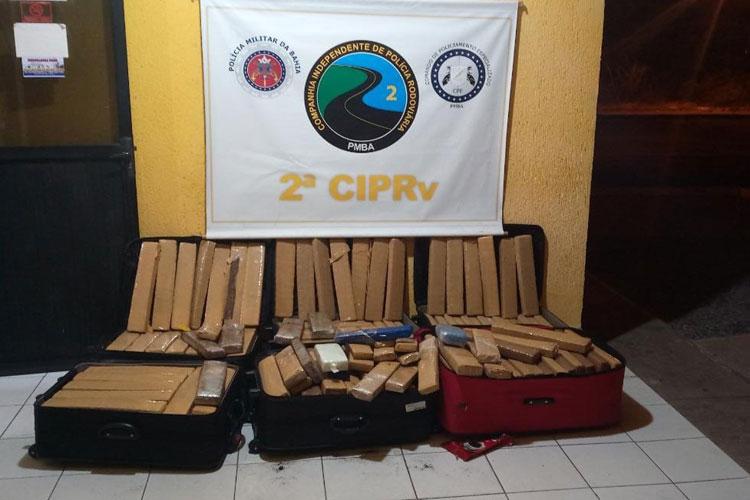 Tanhaçu: PRE intercepta ônibus com 400 kg de drogas dentro de mala