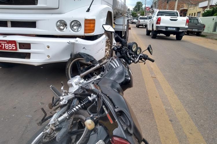 Brumado: Moto colide com caminhão pipa em tentativa mal sucedida de ultrapassagem na Avenida Coronel Santos