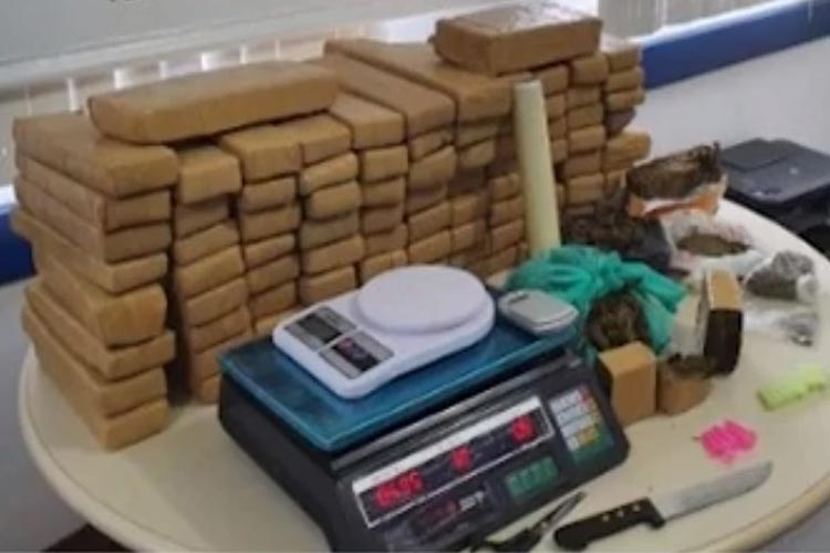 Feira de Santana: Jovem de 19 anos é presa com 100 quilos de maconha em casa