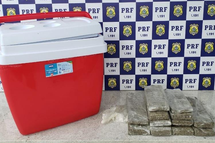 PRF encontra 5 kg de maconha em caixa térmica de ônibus de turismo em Vitória da Conquista