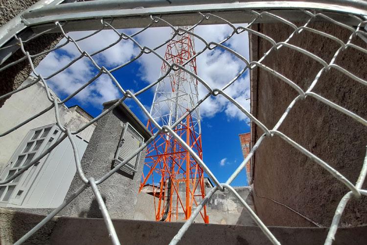 Brumado: Empresa ignora normas e finaliza obra da torre de telefonia sem alvará de construção