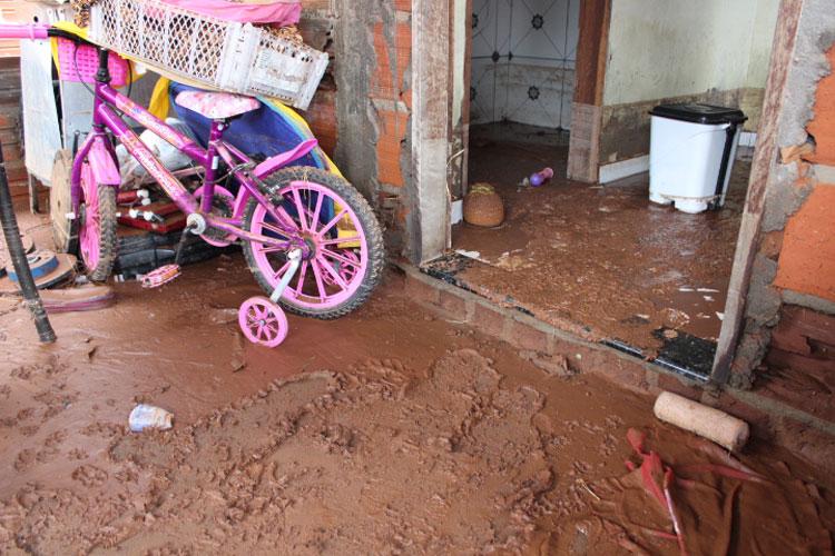 Temporal invade casas, deixa família desabrigada e expõe falhas estruturais nas ruas de Brumado