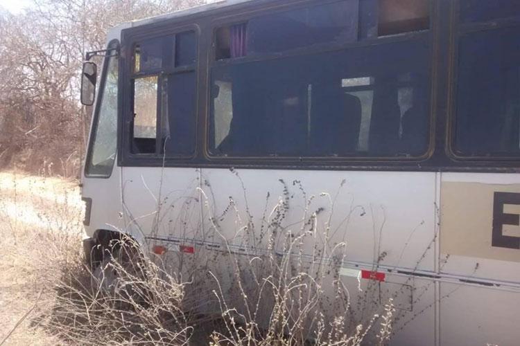 Em péssimas condições, ônibus escolar solta a roda ao transportar alunas na zona rural de Guajeru
