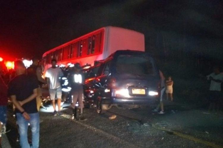 Batida entre van e ônibus deixa quatro mortos e 10 feridos na BA-263 no sudoeste baiano