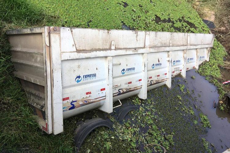 Caminhão com placa de Brumado tomba e parte da carroceria cai em rio em Santa Cruza da Vitória