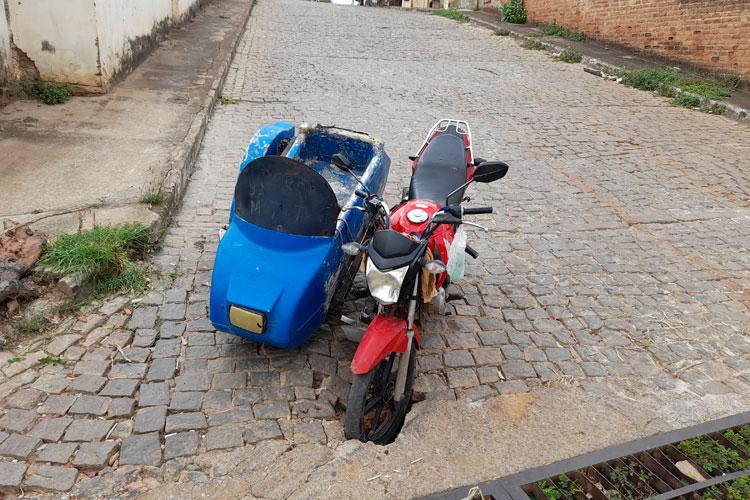 Brumado: Triciclo cai em buraco na esquina da Benjamim Santos e mototaxista fica ferido