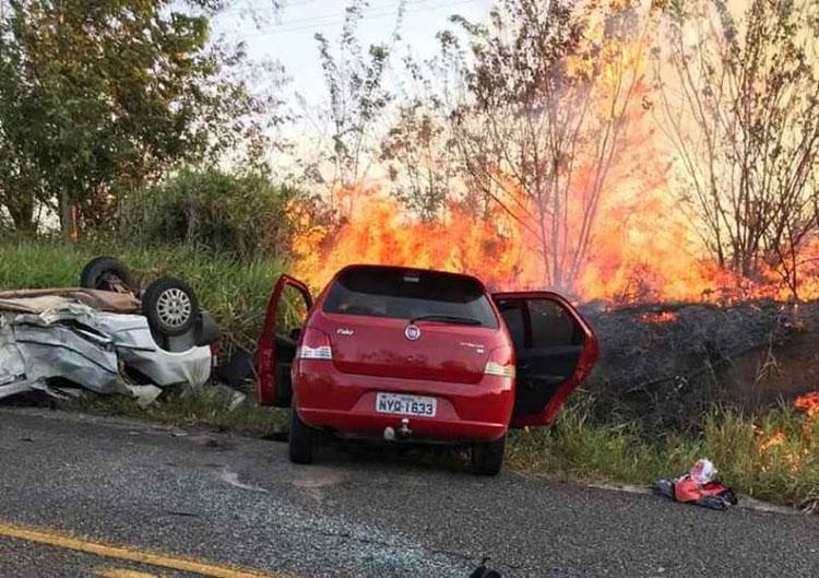 Avó e neto morrem após batida e incêndio em estrada no interior da Bahia