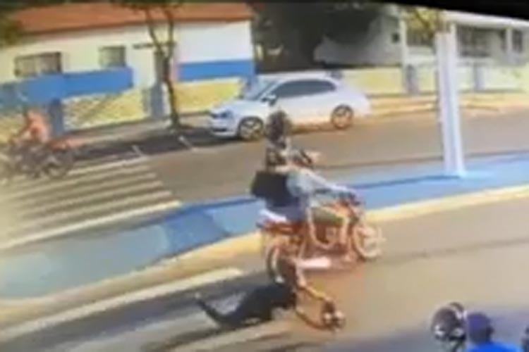Motociclista não respeita faixa de pedestres e atinge jovem na Avenida Centenário em Brumado