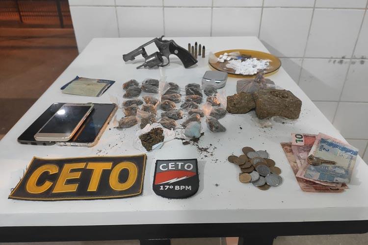PM apreende drogas e arma de fogo e prende traficantes em Guanambi
