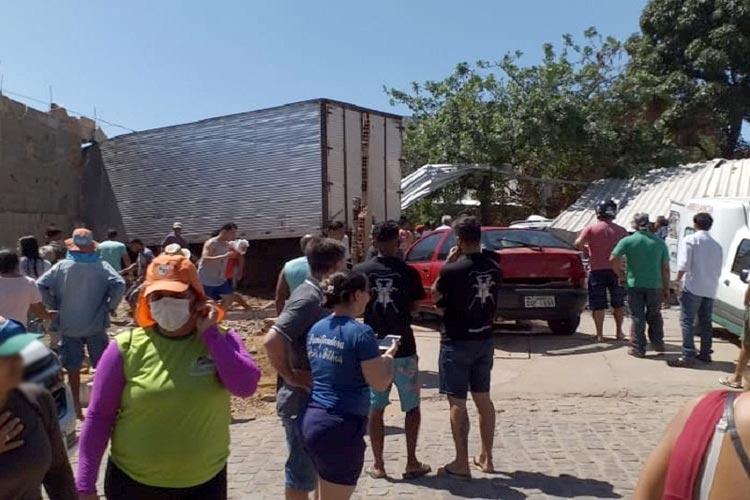 Ituaçu: Caminhão baú desgovernado invade residência e lava-jato deixando quatro feridos