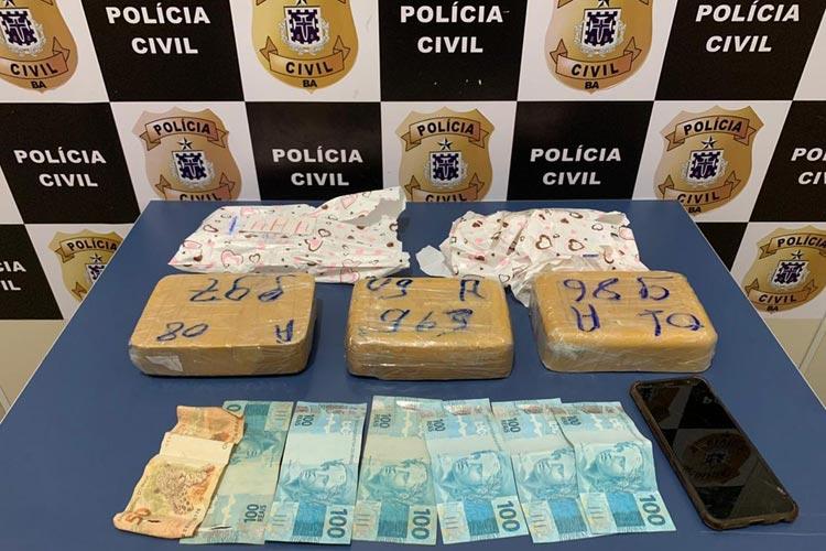 Mulher é presa ao tentar enviar 3 kg de pasta base de cocaína por meio de transportadora