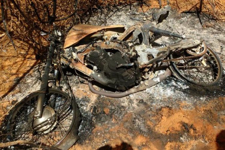 Homem tem moto queimada e casa pichada com mensagens de ameaça na zona rural de Caculé
