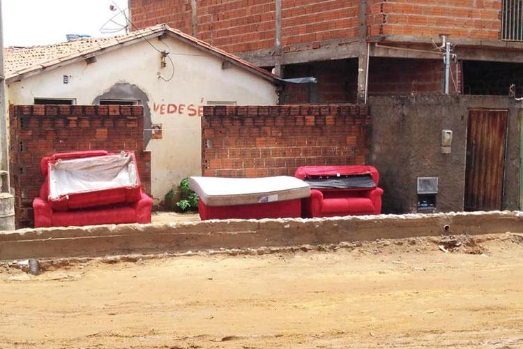 Brumado: Baiana do Acarajé perde maioria dos móveis após enxurrada da chuva invadir sua casa