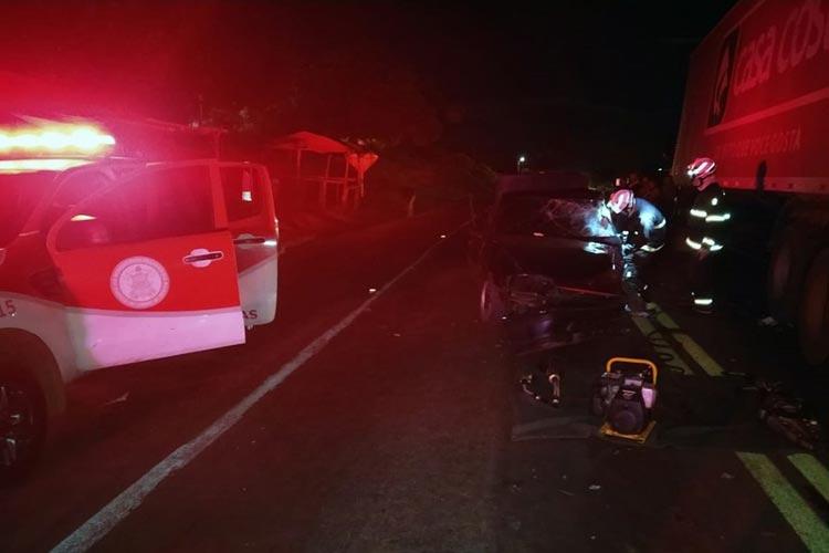 Motorista de carro morre após batida com caminhão em rodovia de Cristópolis