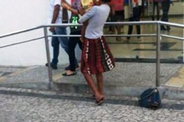 Mãe usa criança para pedir esmola nas ruas de Guanambi