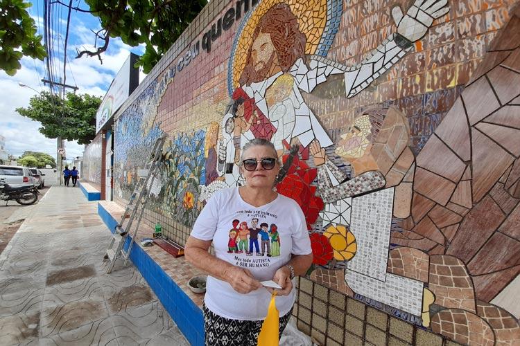 Brumado: Psicóloga retoma obras para concluir arte mosaico legado do filho que morreu em acidente de trânsito