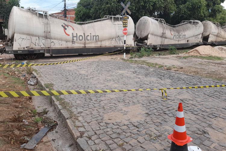 Brumado: Trem com carga de cimento descarrila em área residencial