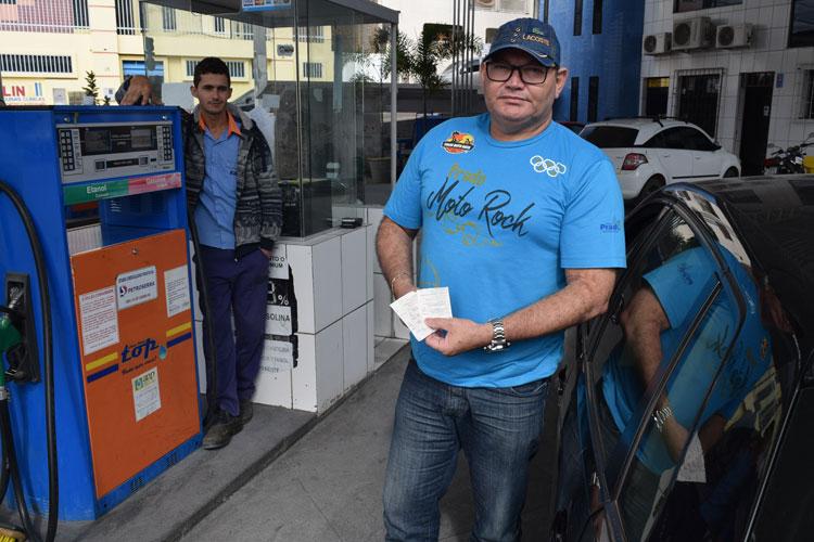 Radialista faz protesto individual contra preço da gasolina em Brumado