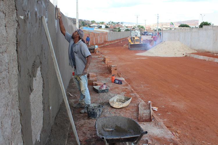 Obras de preparação de terreno para faculdade de medicina e policlínica avançam em Brumado
