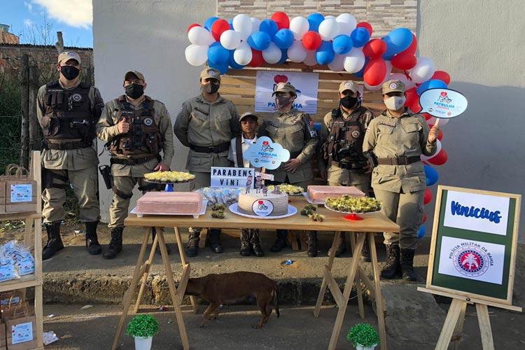 Conquista: Criança que buscava alimento para família ganha festa de aniversário da PM