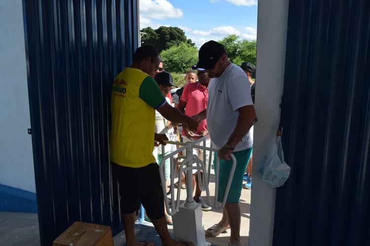 Torcedores apoiam instalação de catraca no estádio na abertura do Brumadense de Futebol