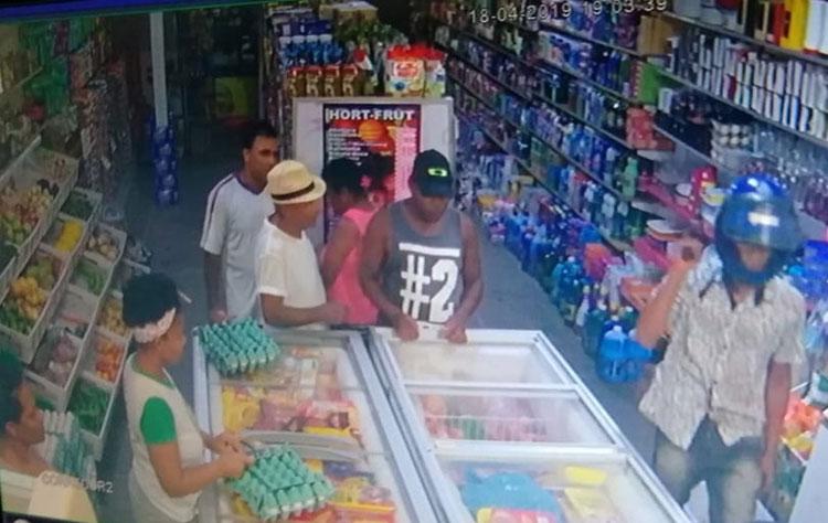 Criança de 10 anos é baleada na perna durante assalto a supermercado no sul da Bahia