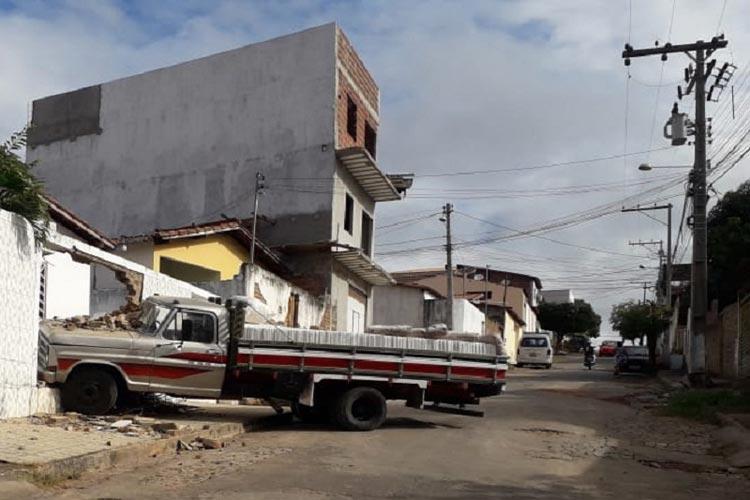 Brumado: Caminhão carregado com gesso perde o freio e bate em muro de residência