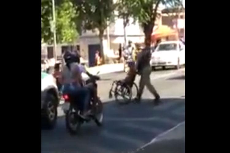 Brumado: Vídeo de PM ajudando cadeirante a atravessar a rua viraliza nas redes sociais