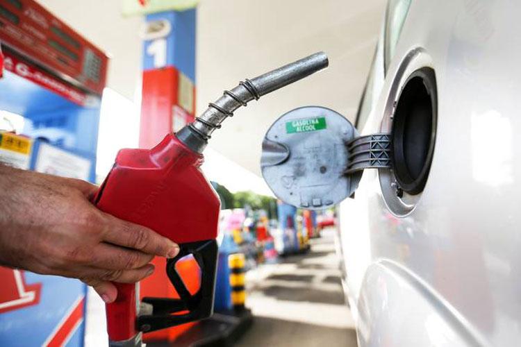 Gasolina cai abaixo de R$ 2 na refinaria, mas sobe nos postos