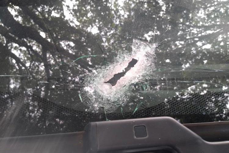 Carro de guarda municipal é atingido por bala perdida durante tiroteio em Brumado