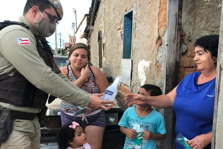 Guanambi: 17º Batalhão de Polícia Militar distribui máscaras e álcool gel para a população