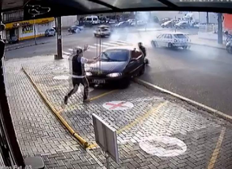 Homem impede atropelamento de cadeirante no Paraná