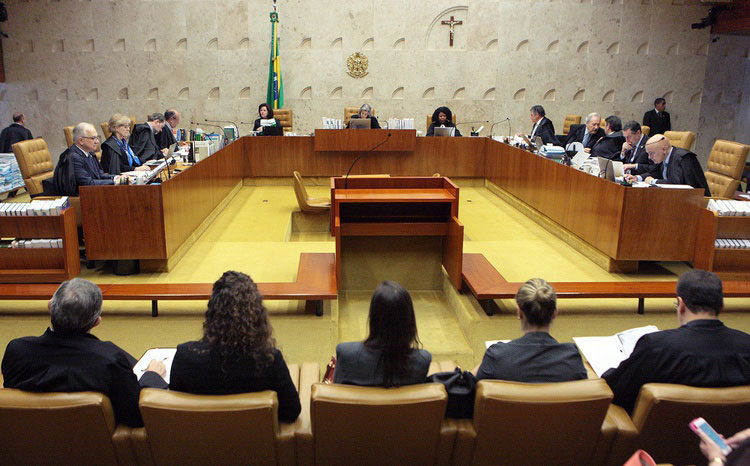 STF adia julgamento e decide que Lula não pode ser preso