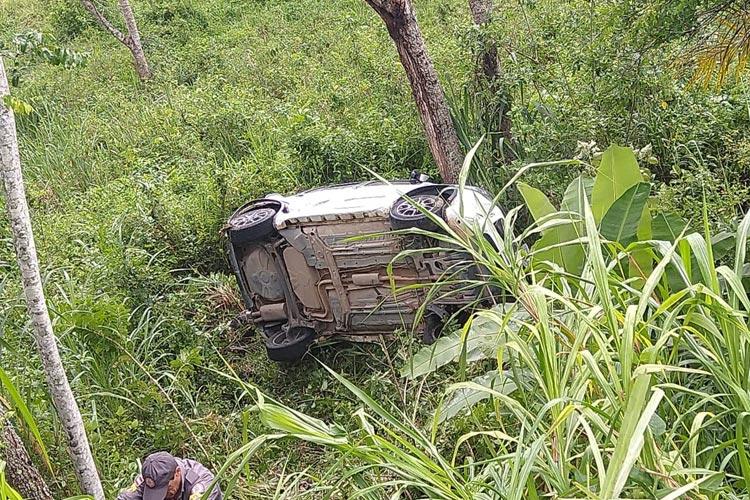 Quatro pessoas e um bebê ficam feridos após carro sair da pista e cair em ribanceira no sul da Bahia