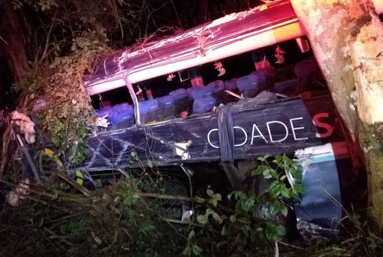 Cinco morrem e 10 ficam feridos após batida entre ônibus e carreta na BR-101 em Uruçuca