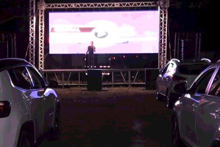 Moradores de Teixeira de Freitas assistem show de humor em drive-in